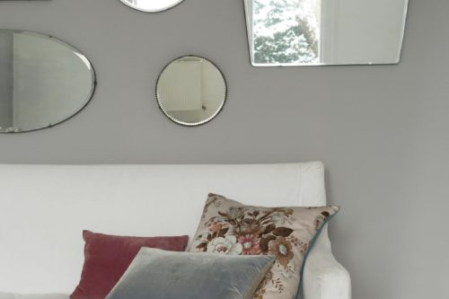 speglar på grå vägg
