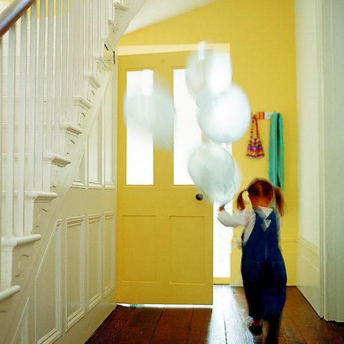gul hall flicka ballonger